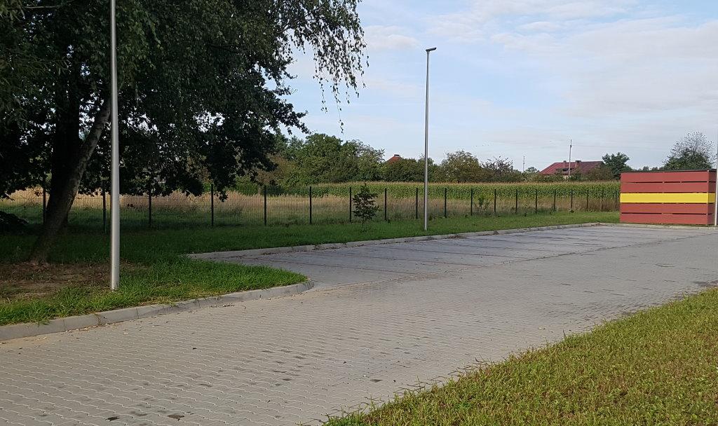 Parking dodatkowy z boku budynku na 10 miejsc parkingowych
